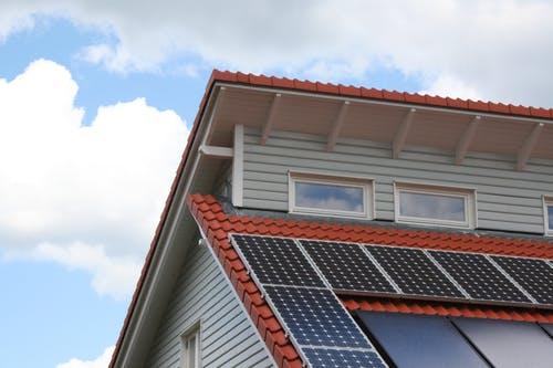 Pultdach Eindeckung mit Ziegeln und Solarzellen