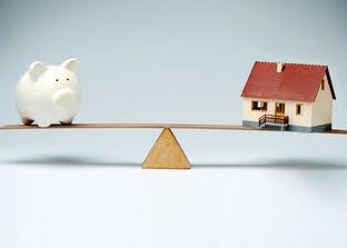 Die Hauskosten müssen sich mit dem Budget in der Waage halten - so planen Sie Ihr Haus mit dem Sparschwein im Blick