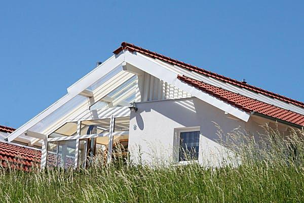 Weißes haus mit Satteldach von Bio-Solar-Haus