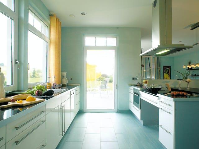 Barrierefreie Küche mit unterfahrbaren Arbeitsflächen