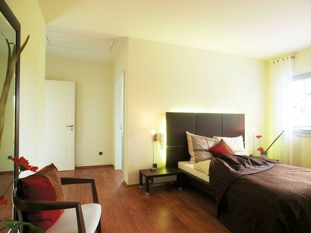 Barrierefreies Schlafzimmer mit niedrigem Bett und Lichtschaltern