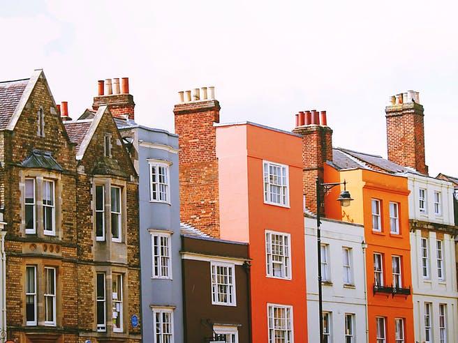 Farbige Häuser die nebeneinander stehen