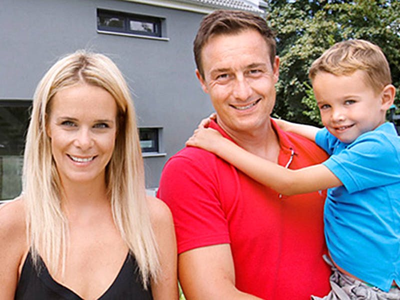 Frau und Mann mit einem Kind auf dem Arm