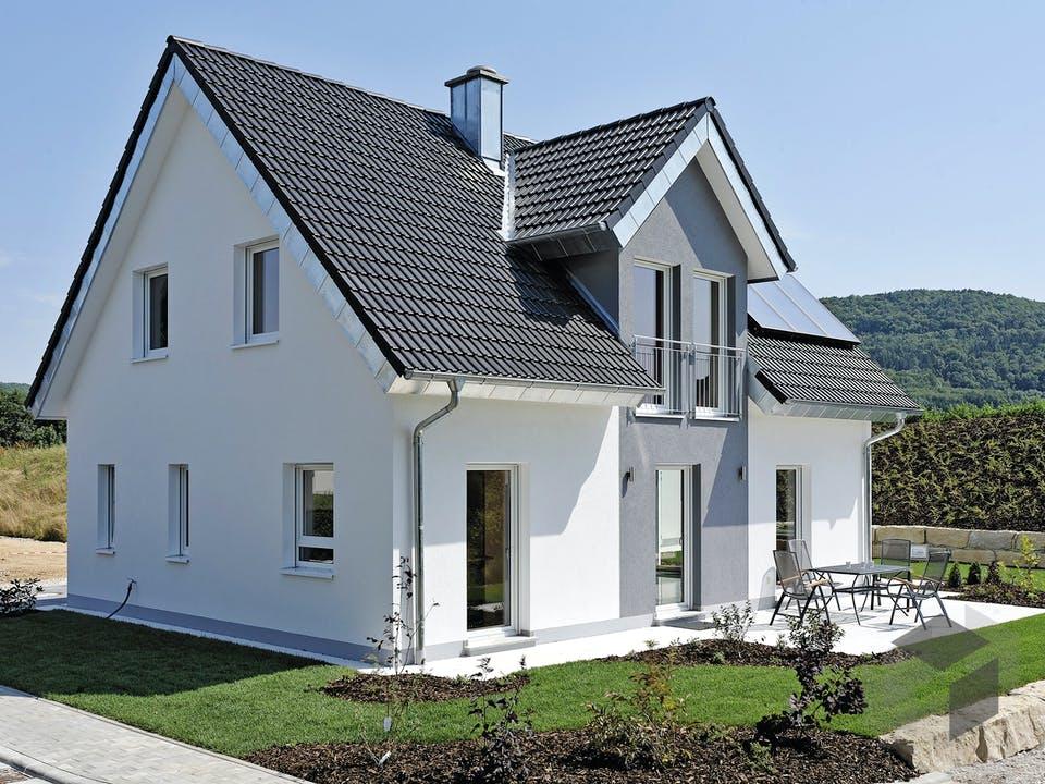 ICON 3+ mit Quergiebel von Dennert Massivhaus Außenansicht