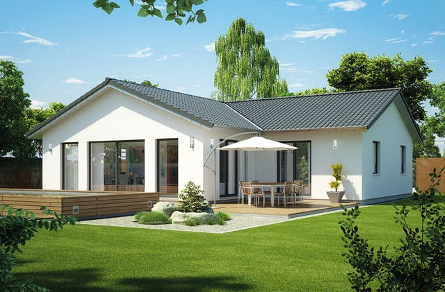 Weißer Winkelbungalow mit Terrasse und Sonnenschirm