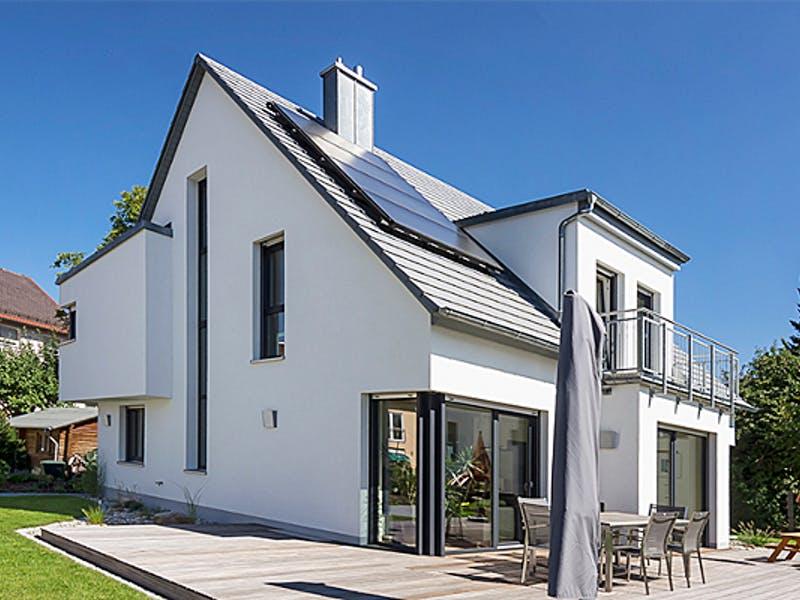 Haus mit spitzem Satteldach von Dörr Haus