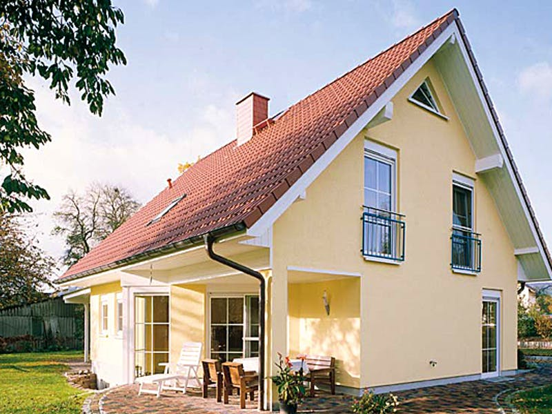 Hellgelbes Haus mit spitzem Satteldach von Dümer Haus