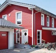E 15-143.1 - Rotes Landhaus mit Balkon