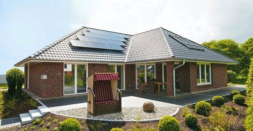Bungalow mit Walmdach und Solaranlage