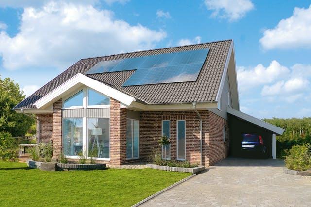 Nordisches Haus mit Solaranlage