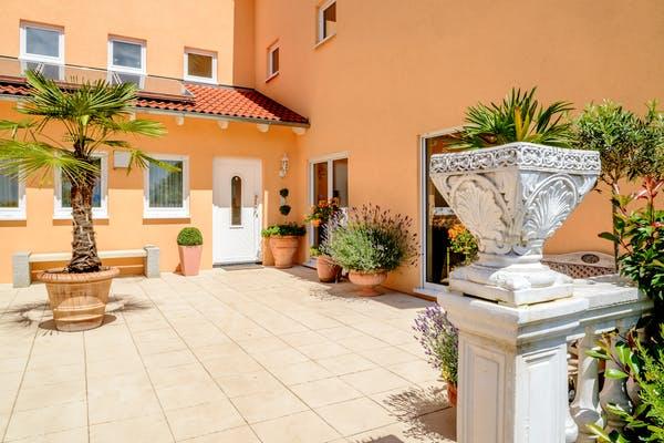 Terracotta Garten mit mediterranen Pflanzen
