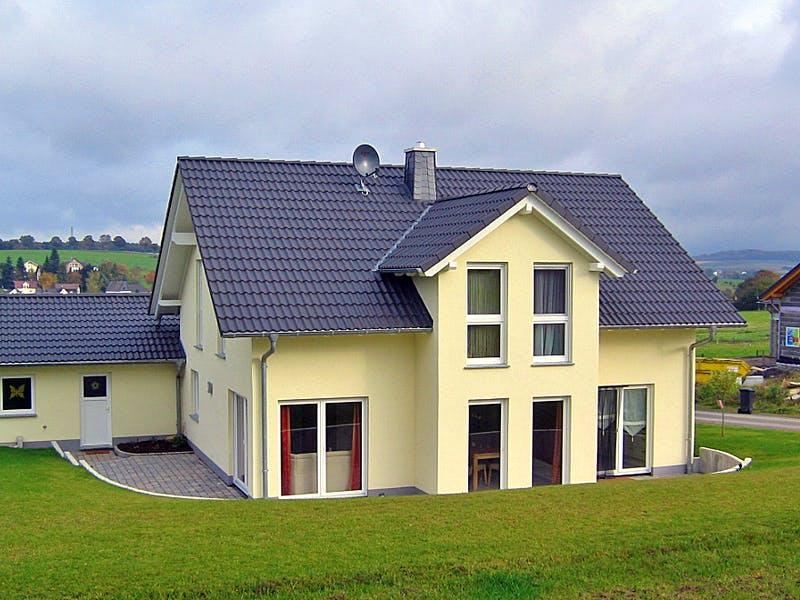 Hellgelbes Haus mit Zwerchdach von Euromac 2