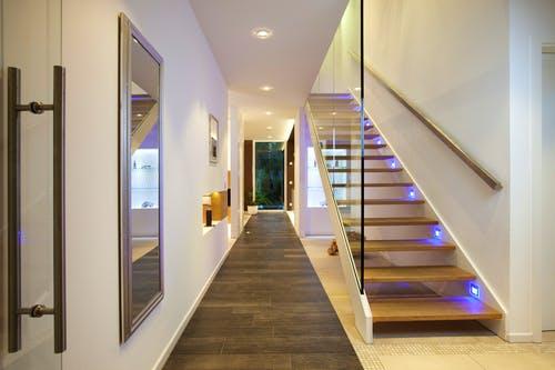 Halbgestemmte Treppe mit LEDs