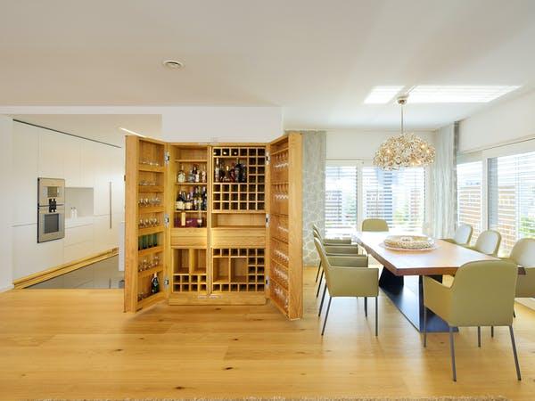 Offener Essbereich mit Weinschrank