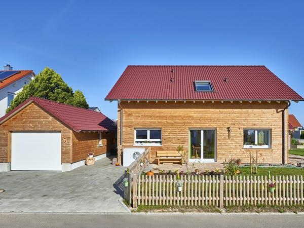 Fertighaus mit einer Holzfassade und einer Garage