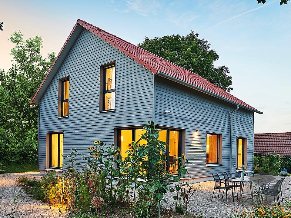 Haus Garten von Fertighaus WEISS Außenansicht