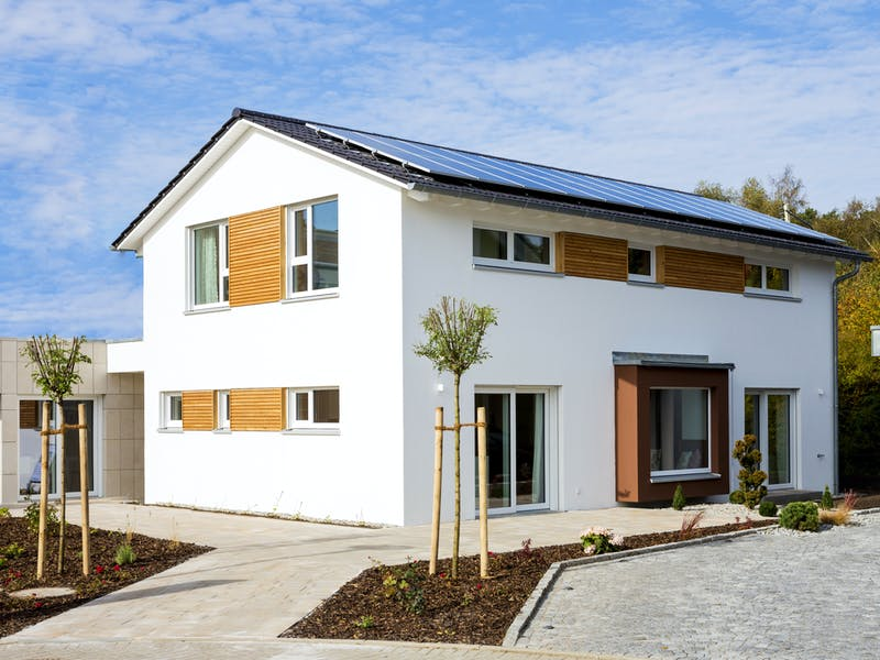 Haus mit flachem Satteldach von Fischerhaus