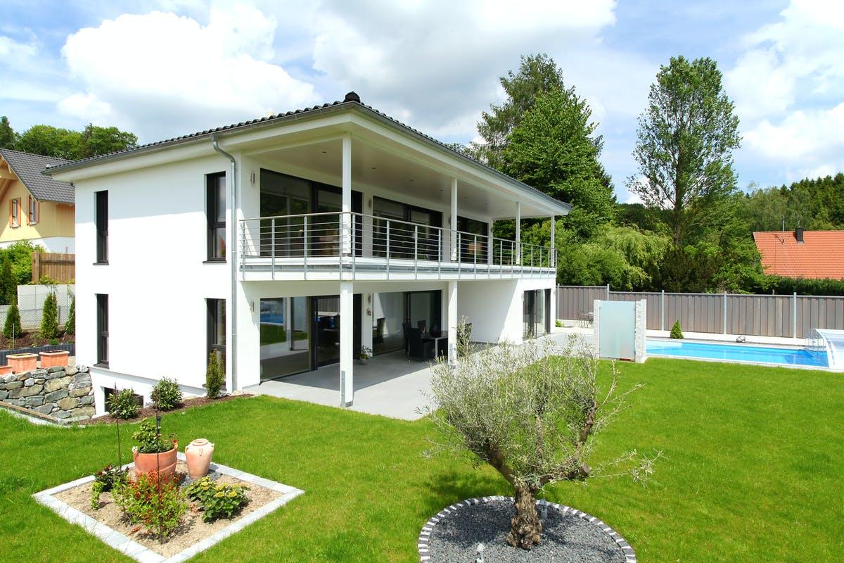 Weißes Haus mit Flachdach, Außenansicht