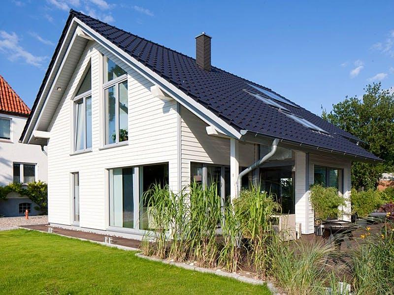 Haus mit Satteldach von Flasche Hausbau