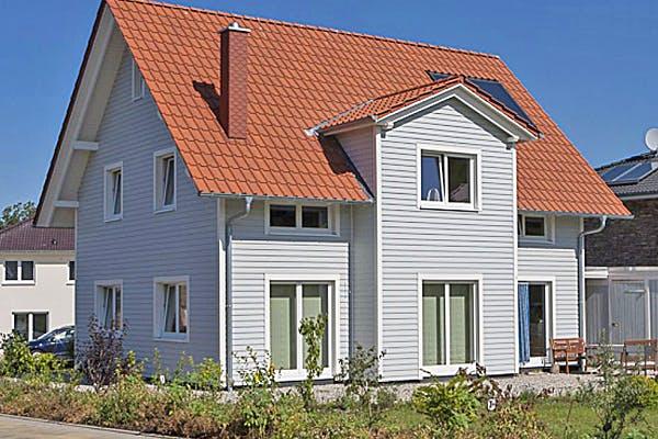 Holzhaus mit Satteldach von Flasche Hausbau