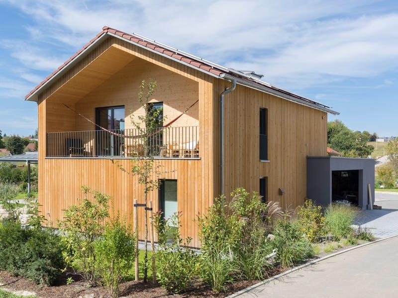 Holzhaus mit Satteldach von Fluck Holzbau