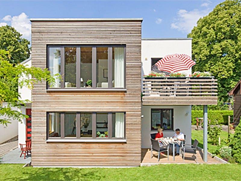 Modernes Holzhaus mit Flachdach von Fluck Holzbau