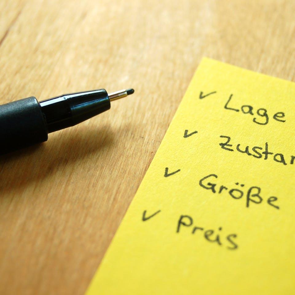 Stift liegt neben einer Checkliste