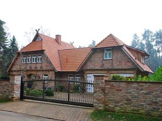 Fachwerkhaus mit Zwischenbau & Nebengebäude von Fuhrberger Zimmerei Außenansicht 1