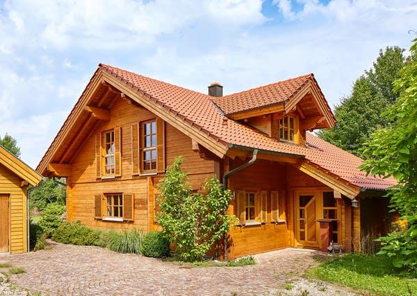 Typisches Blockhaus im alpenländischen Baustil