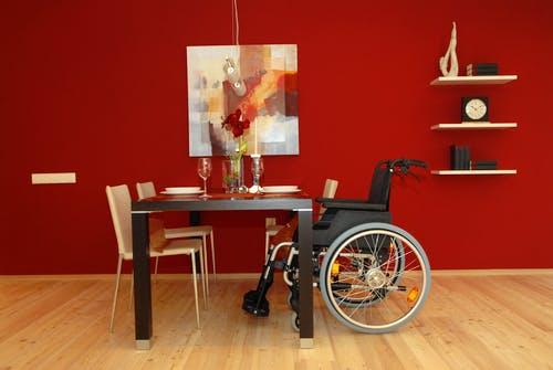 Rollstuhl am Esstisch im barrierefreien Haus