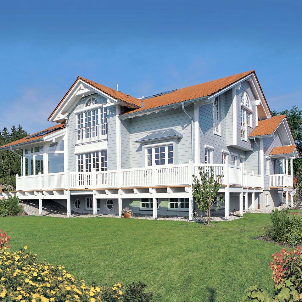 Amerikanisches Holzhaus mit großer Terrasse