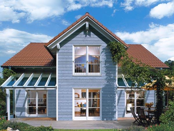 Skandinavisches Haus mit blauer Holzfassade