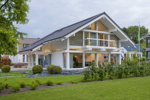 Weißes Fachwerkhaus mit Garten