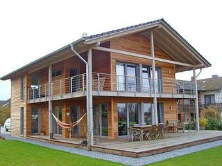 Holzhaus mit architektonischem Kunstgriff von Hausbau Heggemann Außenansicht 1