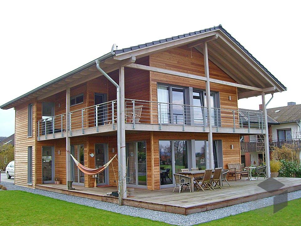 Holzhaus mit architektonischem Kunstgriff von Hausbau Heggemann Außenansicht