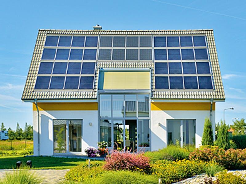 Satteldach mit Photovoltaik - Einfamilienhaus von Helma