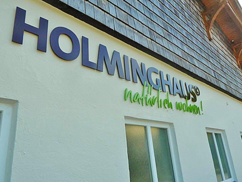 Firmenlogo von Holminghaus an einem Haus