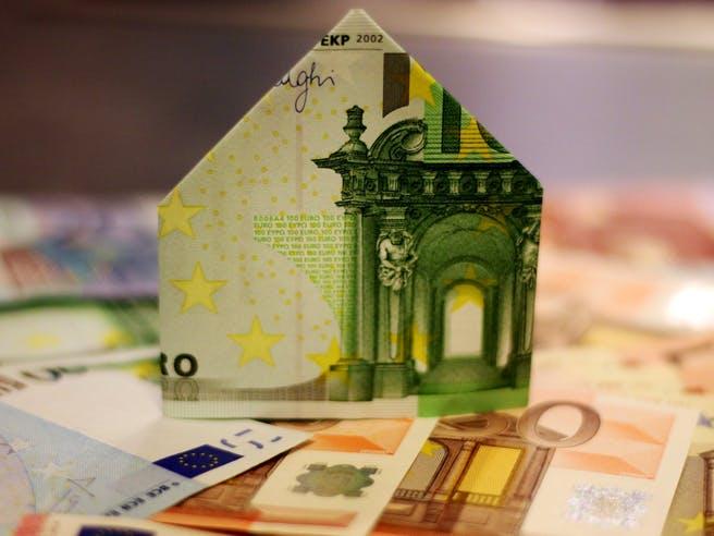 Geld gefaltet zum Haus
