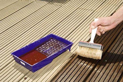 Holzboden wird mit Schutzschicht eingestrichen