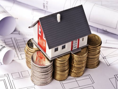 Modellhaus auf Geld