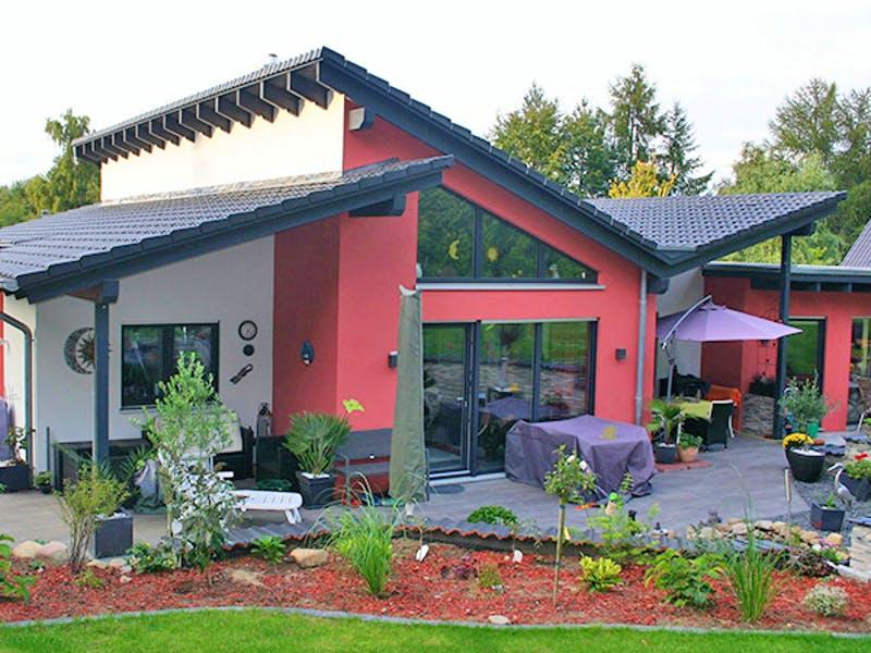 Modernes Fertighaus mit Terrasse von Kaiser Haus
