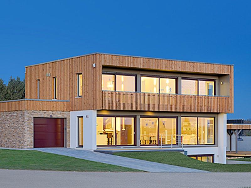 Kubushaus mit Holzfassade und großen Fenstern von Kampa