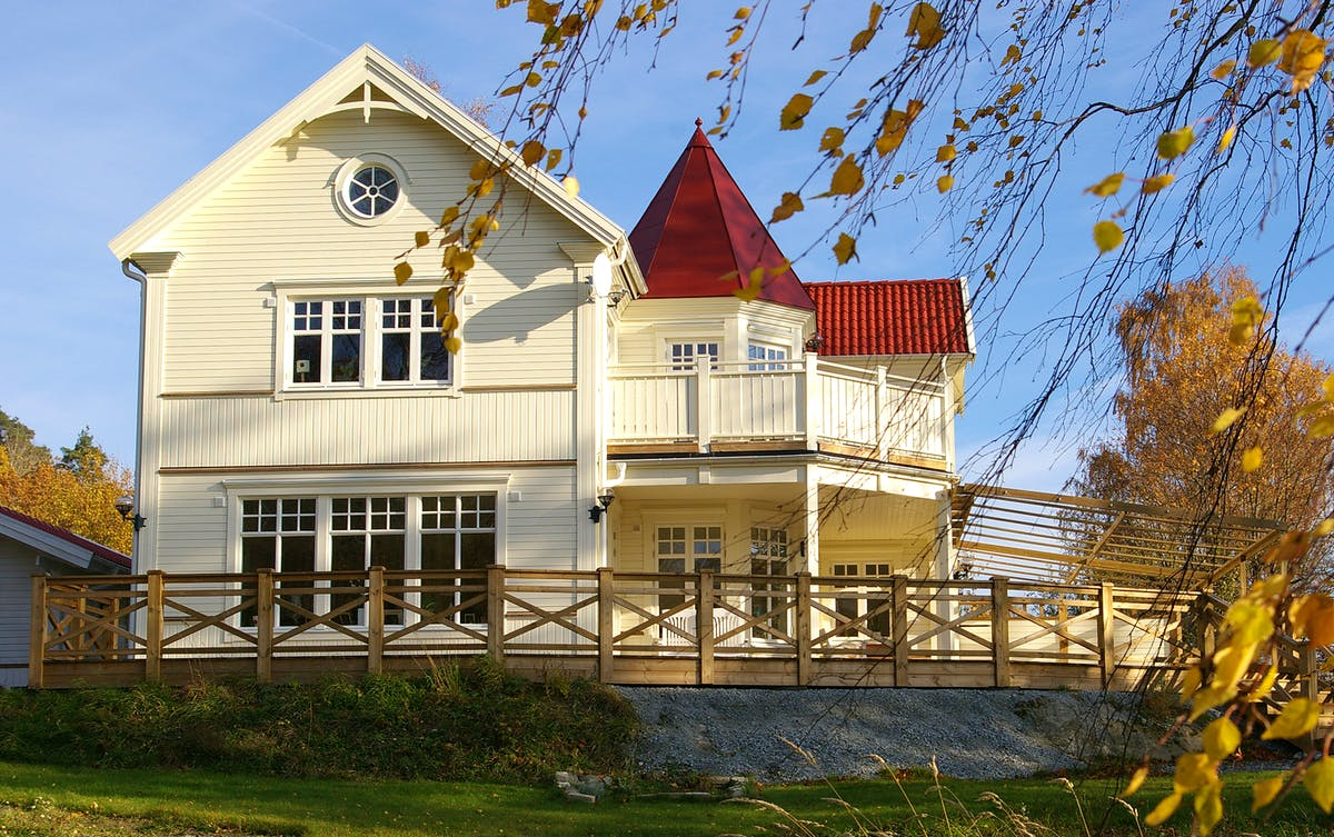 Holzhaus mit Turm