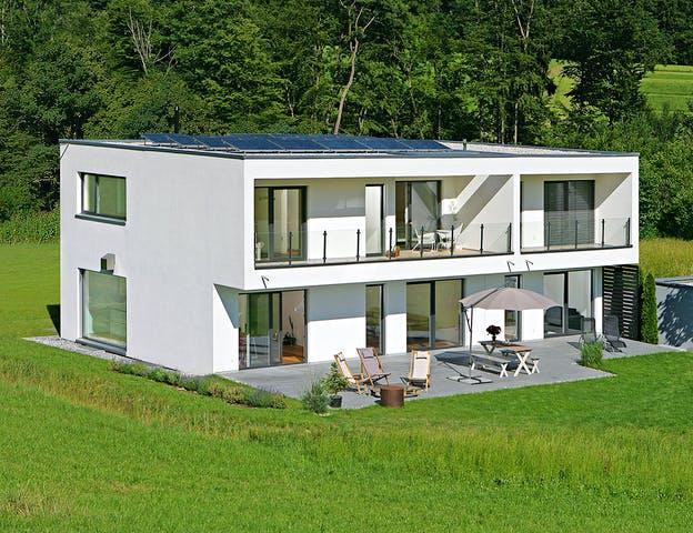 Bauhaus Haus mit Flachdach und Solaranlage