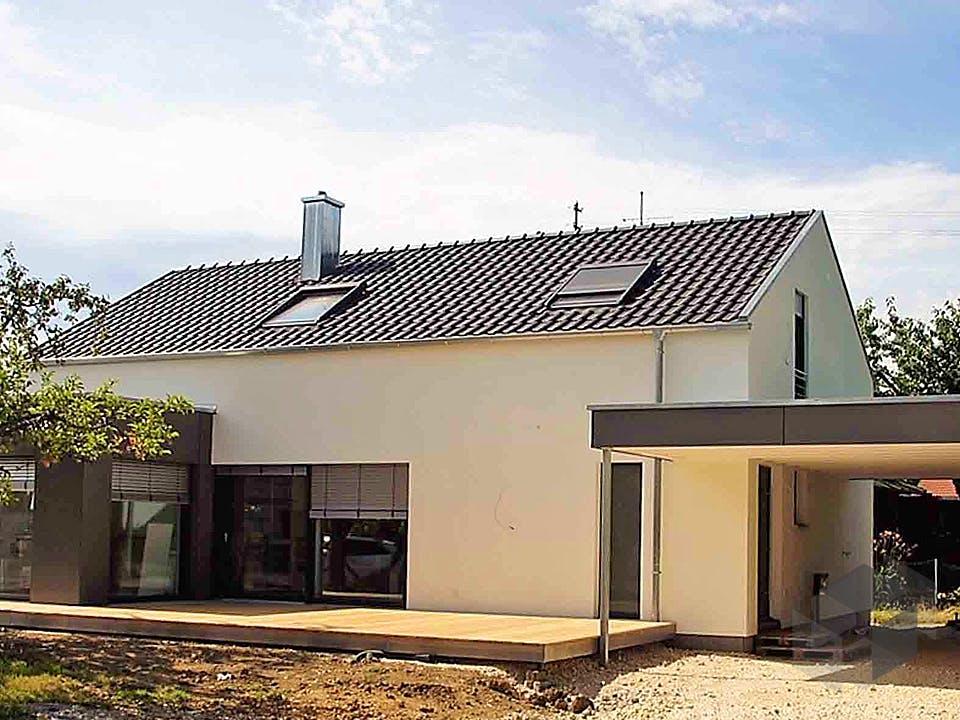 Kundenhaus mit Flachdachanbau von Kielwein Holzbau Außenansicht
