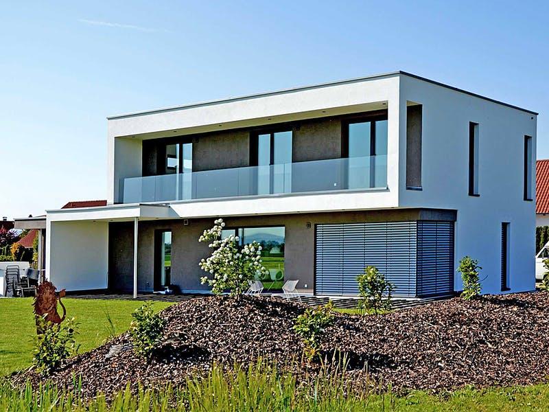 Weißes Kubushaus von Kielwein Holzbau