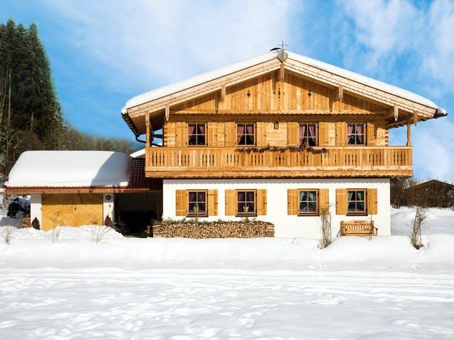 Traditionelles Alpenhaus im Schnee