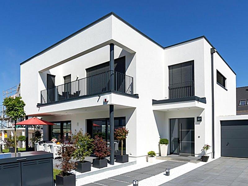 Weißes Flachdachhaus von KONZEPTHAUS