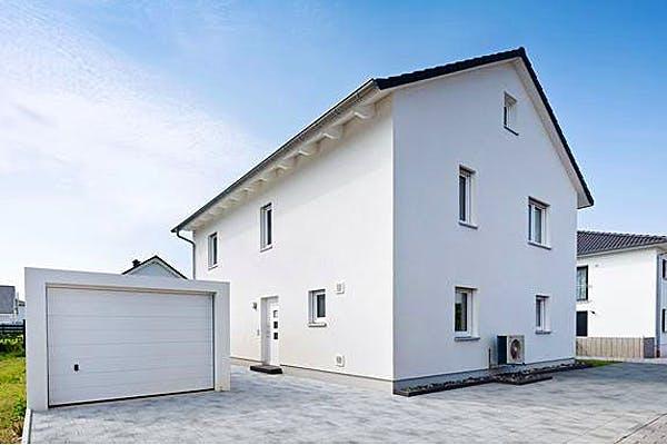 Weißes Satteldachhaus von KONZEPTHAUS