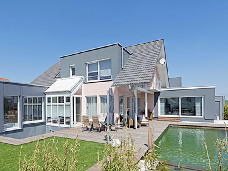 Einfamilienhaus mit Holzterrasse und Pool von Korte